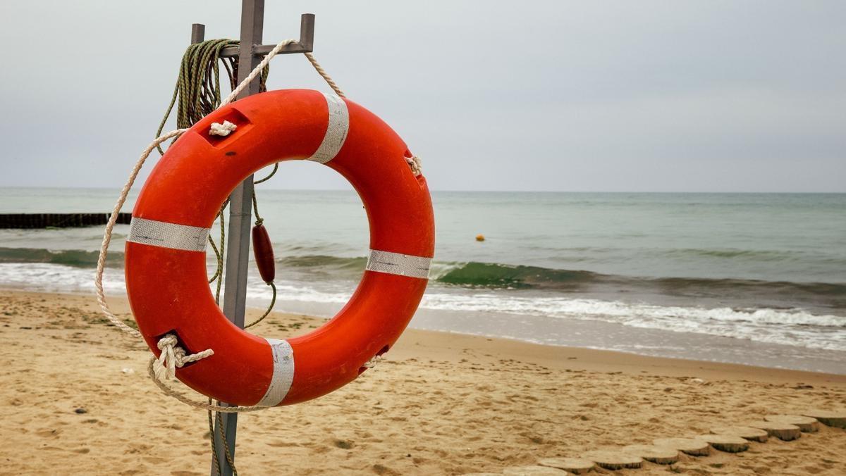 Pierwsza pomoc nad wodą. Jak pomóc tonącemu w morzu? Instrukcja i chwyty ratownicze.